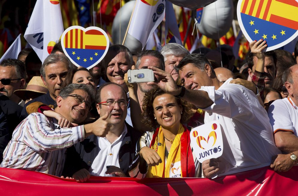 Foto: Miquel Iceta, con los populares Enric Millo, Dolors Montserrat y Xavier García Albiol, el pasado 29 de octubre en la marcha de Societat Civil Catalana. (EFE)