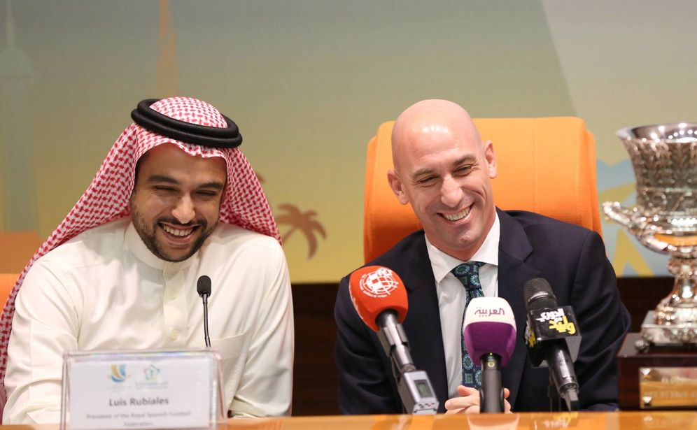 Foto: Luis Rubiales y el príncipe Abdulaziz bin Turki Al-Faisal, con el trofeo de la Supercopa. (EFE)