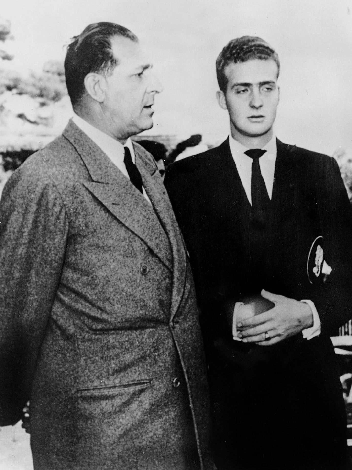 Don Juan de Borbón y Battenberg, con su hijo, don Juan Carlos, en 1962. (EFE)