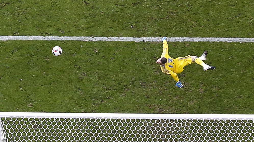Foto: De Gea se lanza a por un balón imposible ante Italia en la Eurocopa. (Reuters)