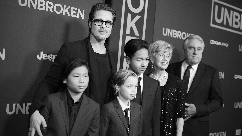 El actor, junto a sus padres y sus hijos Pax, Shiloh y Maddox. (Getty)