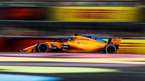 Fernando Alonso le pega mal, pero la pelota entra en McLaren