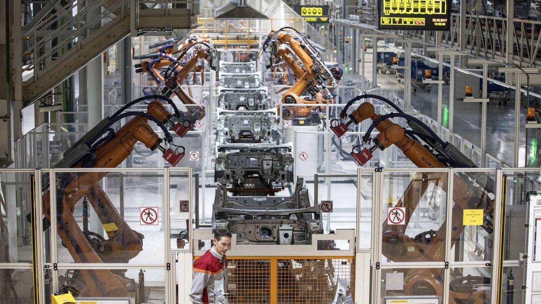La producción industrial modera su caída en febrero y suma dos meses en negativo