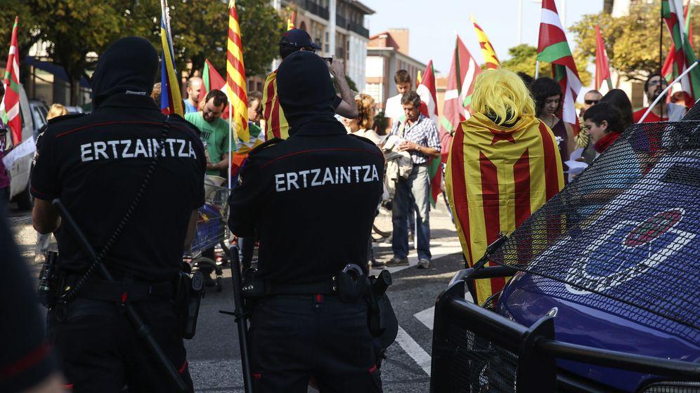 Foto: Agentes de la Ertzaintza en una manifestación en apoyo a la independencia de Cataluña. (EFE)