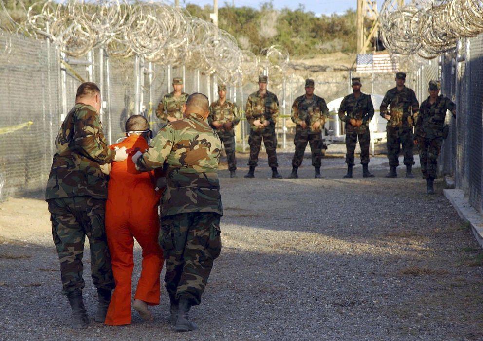 Foto: Policía militar de EEUU traslada a un detenido en Camp X-Ray, en la base de Guantánamo, en una imagen de 2002 (Reuters).