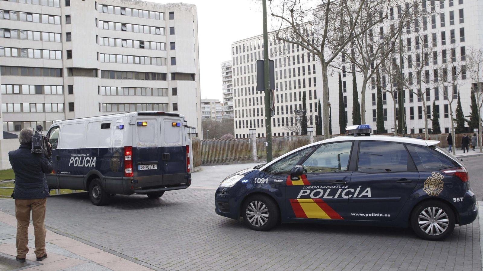 Foto: Arrestados por un presunto fraude en cursos de formación subvencionados con fondos públicos en Madrid llegan en furgones policiales a los Juzgados de Plaza Castilla. (EFE)