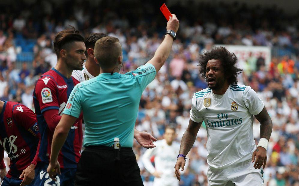 Foto: El momento en que Marcelo recibe la roja ante el Levante. (Reuters)