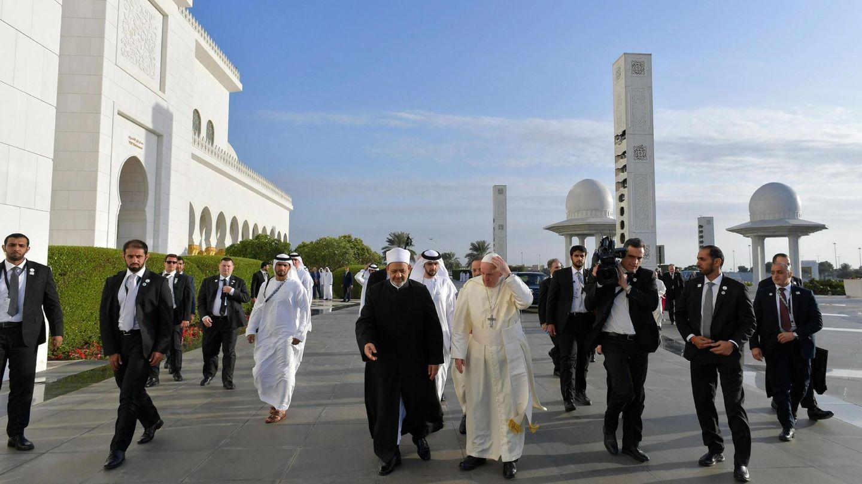 El gran imán de Al Azhar, Ahmed al Tayeb (ci), representante de la institución más prestigiosa del islam suní, da la bienvenida al papa Francisco. (EFE)