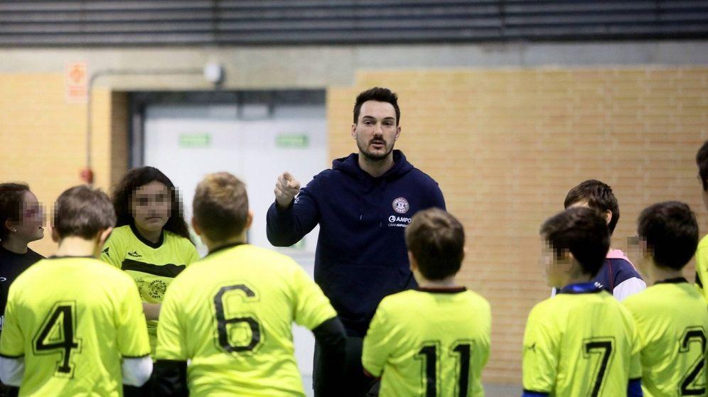 Foto: Julen Goia, en el centro de la imagen, con un grupo de niños en una clase del programa 'Get Into Rugby'. (Foto cedida por Diario de Noticias de Gipuzkoa)
