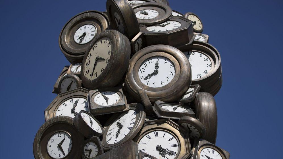 Foto: Escultura de relojes a las afueras de una estación de trenes en París. (Reuters)