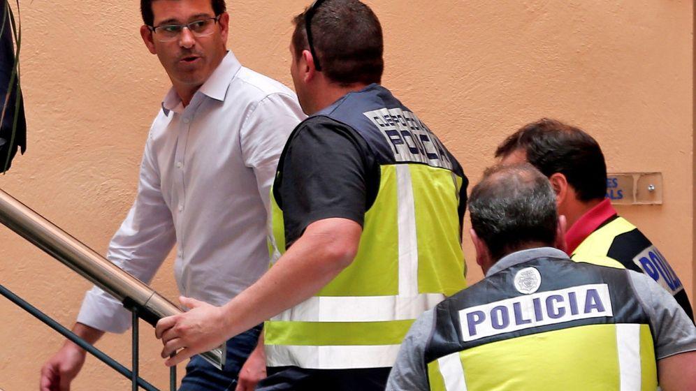 Foto: El alcalde de Ontinyent Jorge Rodríguez llega al Ayuntamiento custodiado por agentes de la UDEF. (EFE)