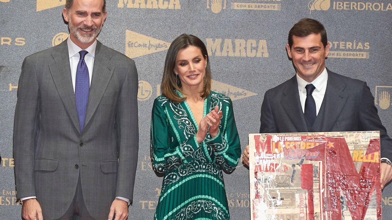 Los Reyes, con Iker Casillas, en el 80 aniversario de 'Marca'. (Reuters)