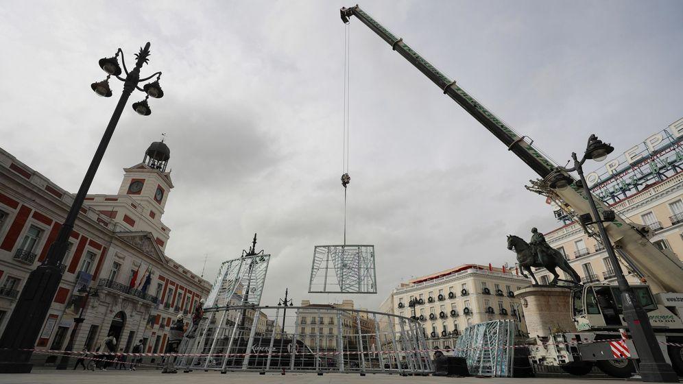 Foto: Montaje del árbol de Navidad en la Puerta del Sol de Madrid. (EFE)