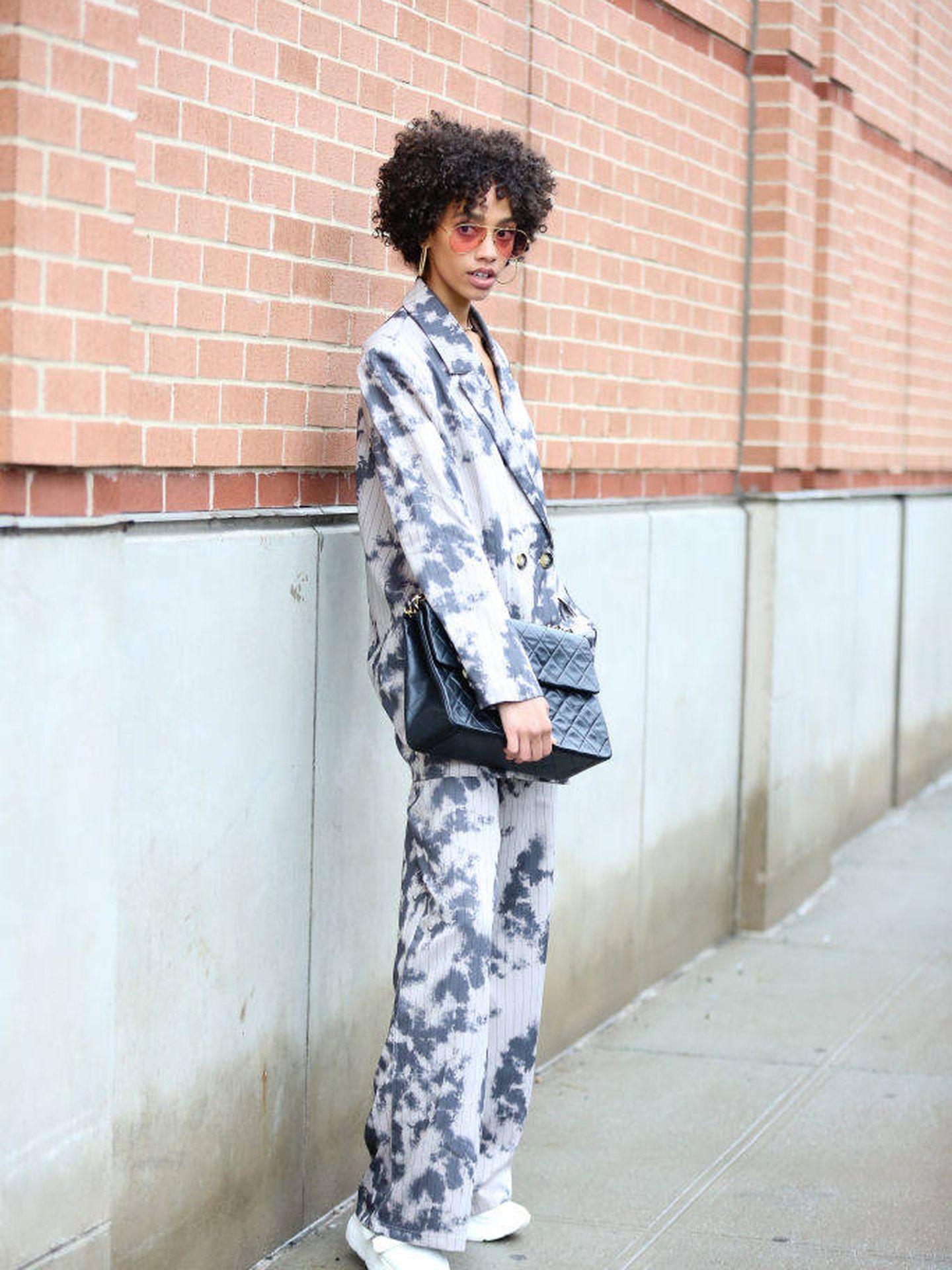 Una insider en Nueva York, con un total look tie-dye. (Getty)