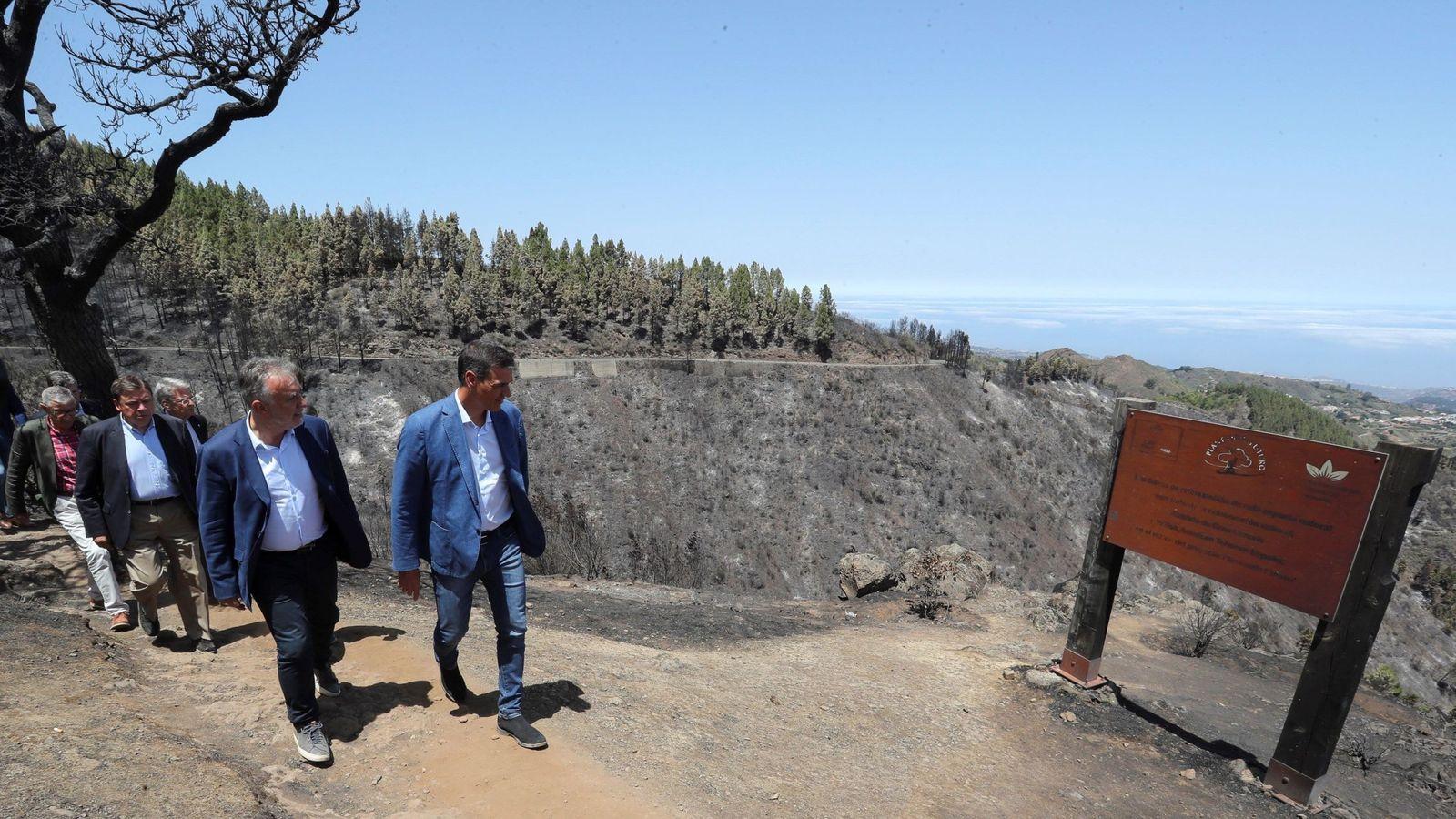 Foto: Pedro sánchez visita Gran Canaria tras el incendio. (EFE)