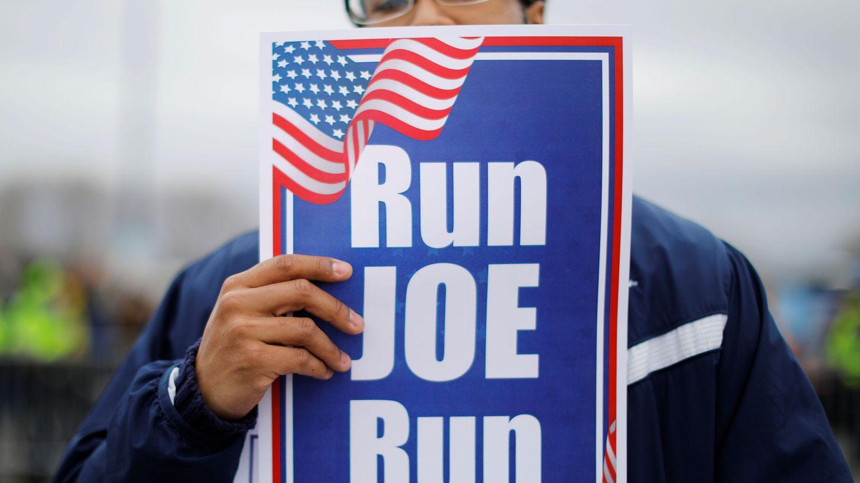 Un hombre sostiene un cartel de la candidatura de Joe Biden antes de un mitin del ex vicepresidente en Boston. (Reuters)