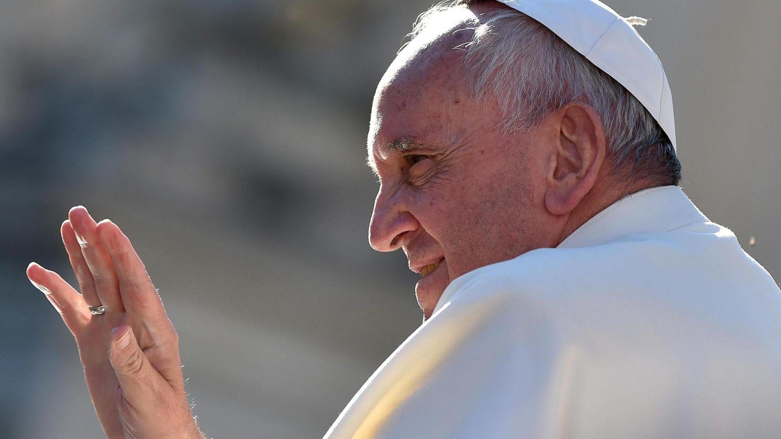 Foto: El Papa Francisco saluda a los feligreses. (EFE)