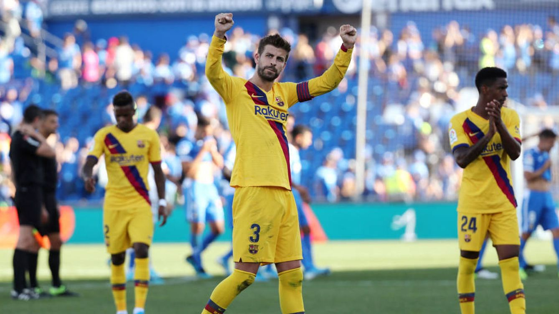 Foto: Gerard Piqué saluda a los aficionados del Barça que estuvieron en Getafe. (Reuters)