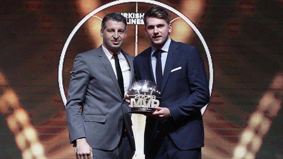 Foto: Luka Doncic recibió de manos de Theo Papaloukas el trofeo de 'MVP' de la Euroliga esta temporada. (Real Madrid)