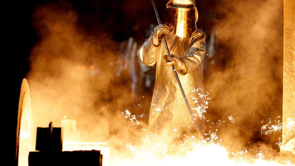 Foto: Foto de archivo de un trabajador en una fábrica metalúrgica. (Reuters)