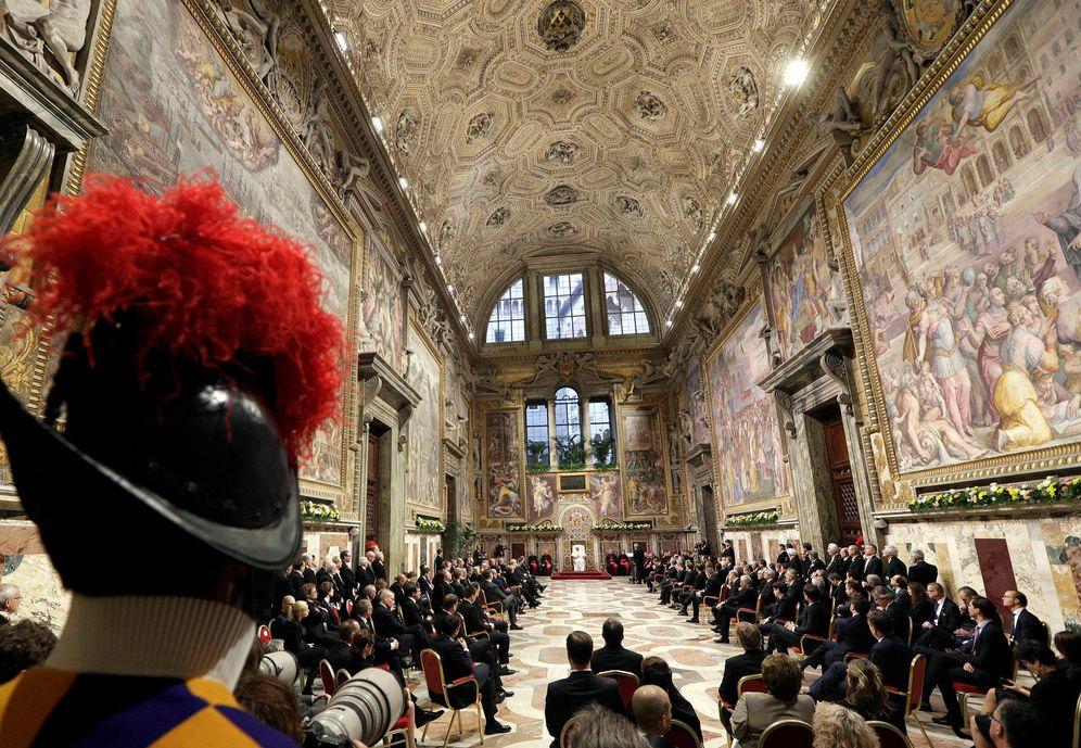 Foto: Líderes de la UE escuchan al Papa Francisco en el Vaticano, el 24 de marzo de 2017 (Reuters)