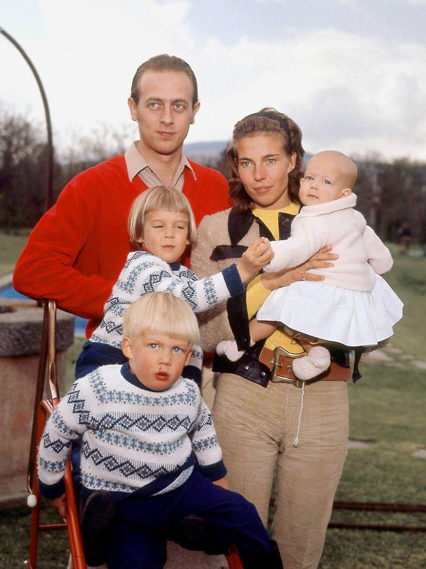 Los duques, con sus tres hijos. (CP)