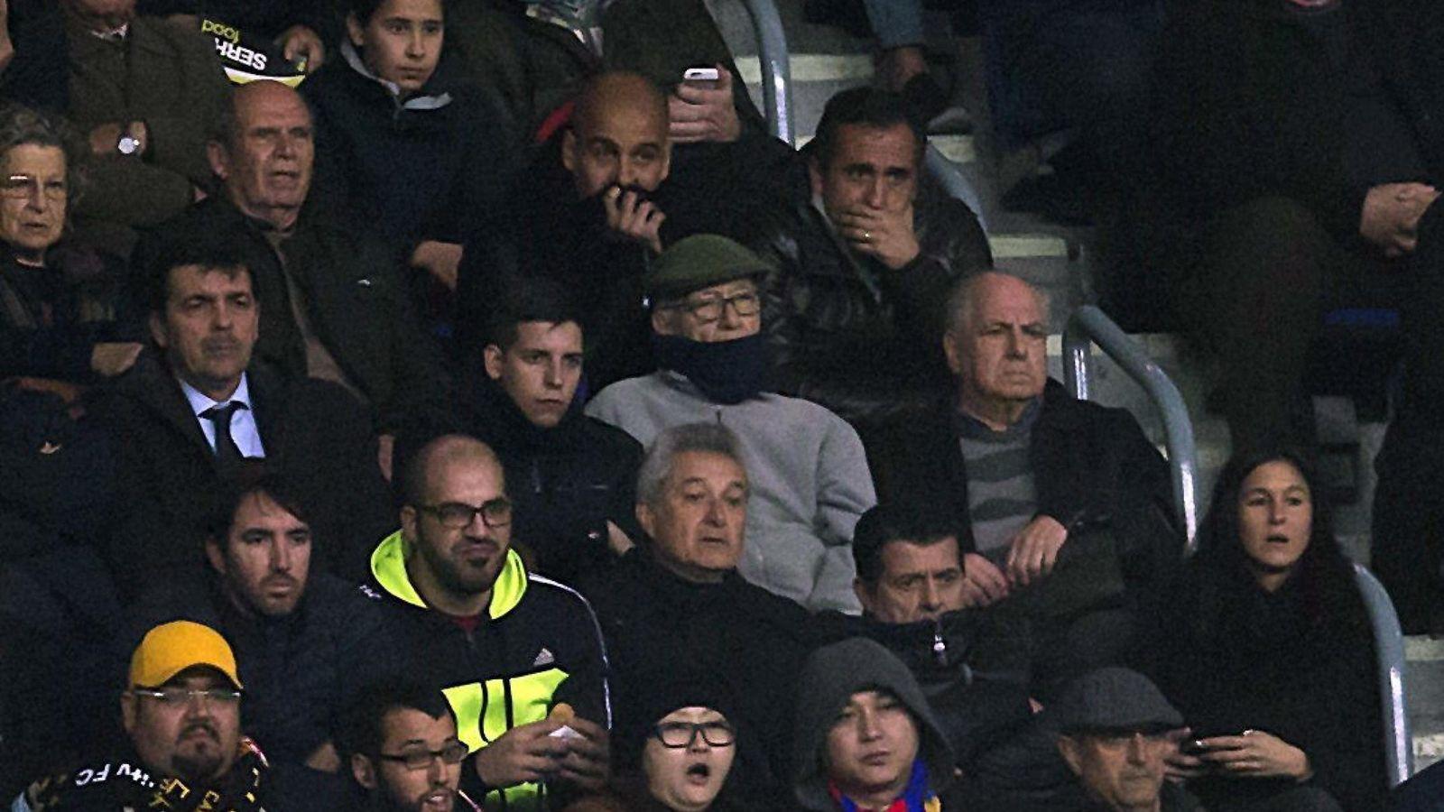 Foto: Pep Guardiola, entre su padre y Estiarte, en la grada del Camp Nou (EFE)