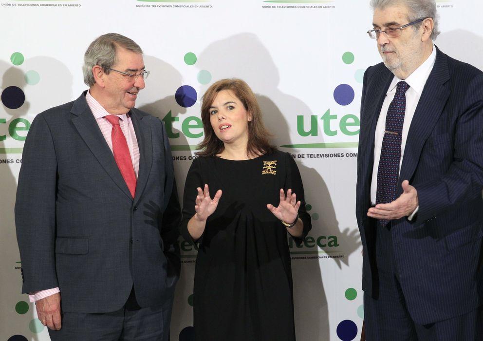 Foto: Alejandro Echevarría, presidente de Mediaset (i) y José Manuel Lara, de Atresmedia (d), con la vicepresidenta del Gobierno (EFE)