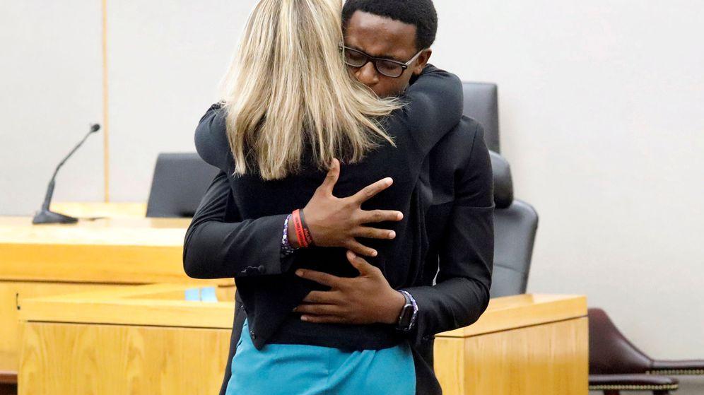 Foto: Brandt Jean, de solo 18 años, quiso abrazar a la mujer que mató por error a su hermano (Reuters/Tom Fox)
