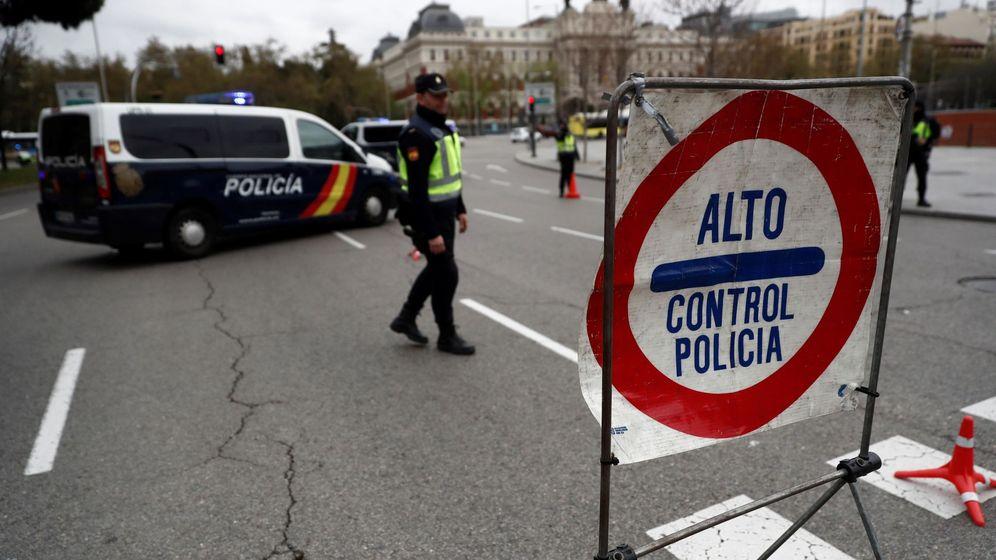 Foto: Control de seguridad cerca de la estación de Atocha, en Madrid, para evitar movimientos innecesarios de las personas. (EFE)