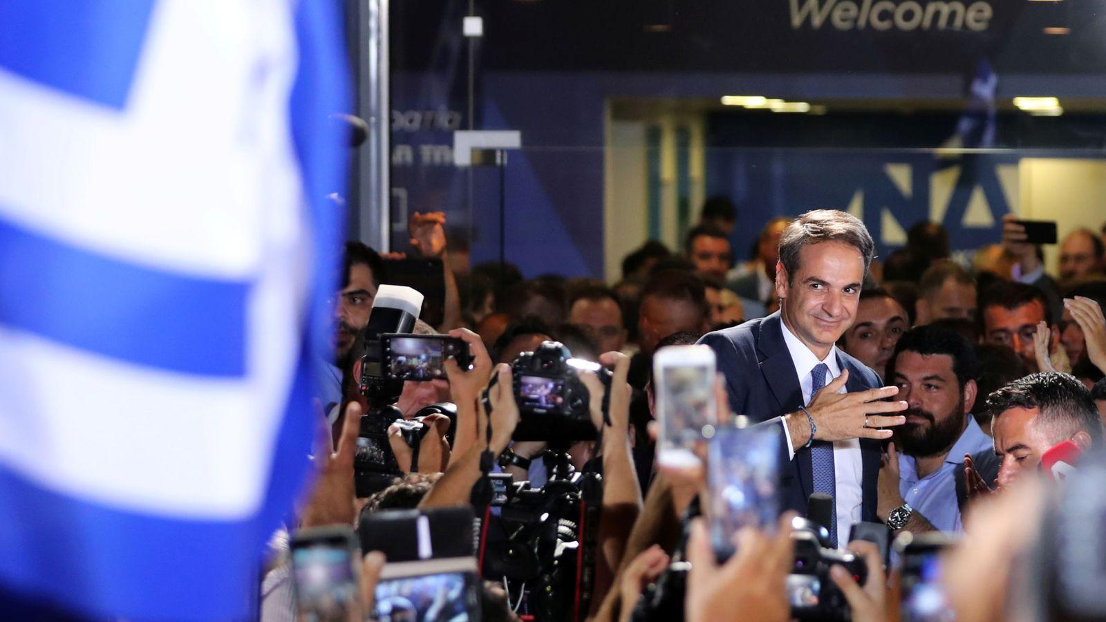 Foto: Kyriakos Mitsotakis, líder del partido conservador Nueva Democracia, celebra la victoria en Atenas. (Reuters)