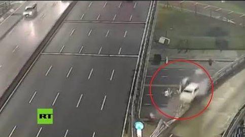 Un coche sale 'volando' en una autopista argentina