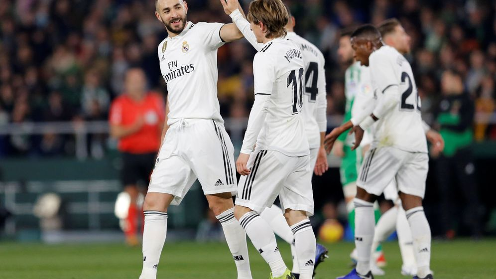 Foto: Benzema y Modric se felicitan en un partido. (Reuters)