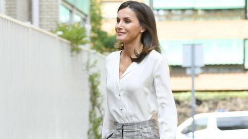 La blusa francesa de la reina Letizia que no sabemos cómo ha llegado a su armario