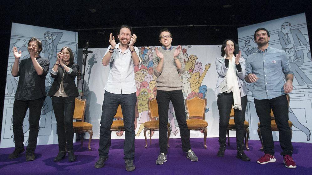 Foto: Pablo Iglesias e Íñigo Errejón, junto al secretario general autonómico, Ramón Espinar (d) y otros miembros de la formación durante un acto electoral en Vallecas. (EFE)