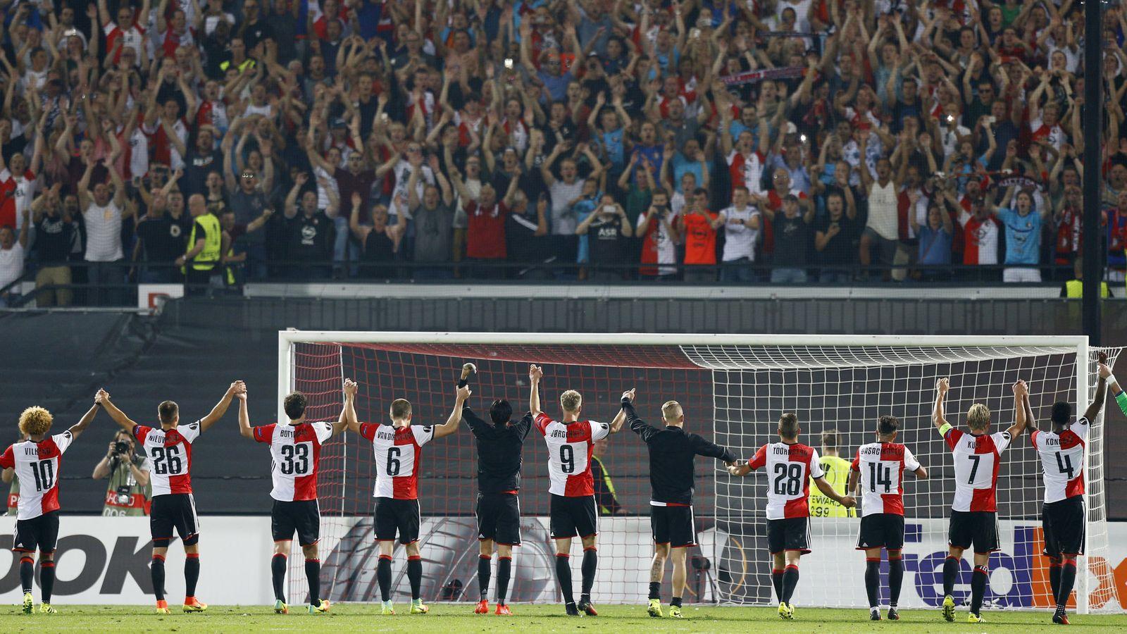 Foto: Jugadores del Feyenoord saludan a sus seguidores (Reuters)