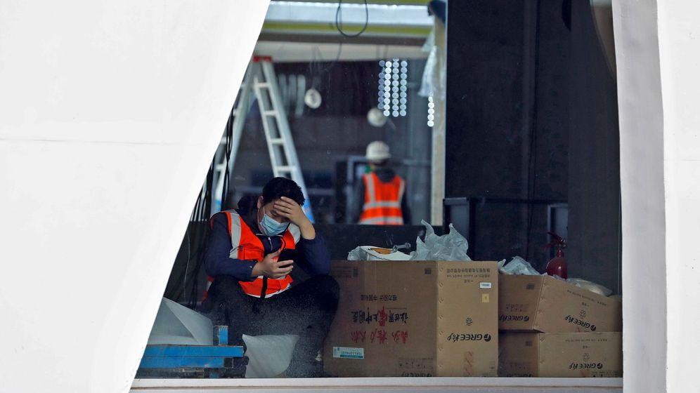 Foto: Un trabajador descansa en el interior de la Fira de Barcelona donde se iba a celebrar el Mobile World Congress (MWC)  (EFE)
