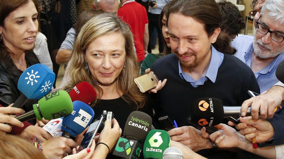 Foto: Victoria Rosell, junto a Pablo Iglesias. (EFE)