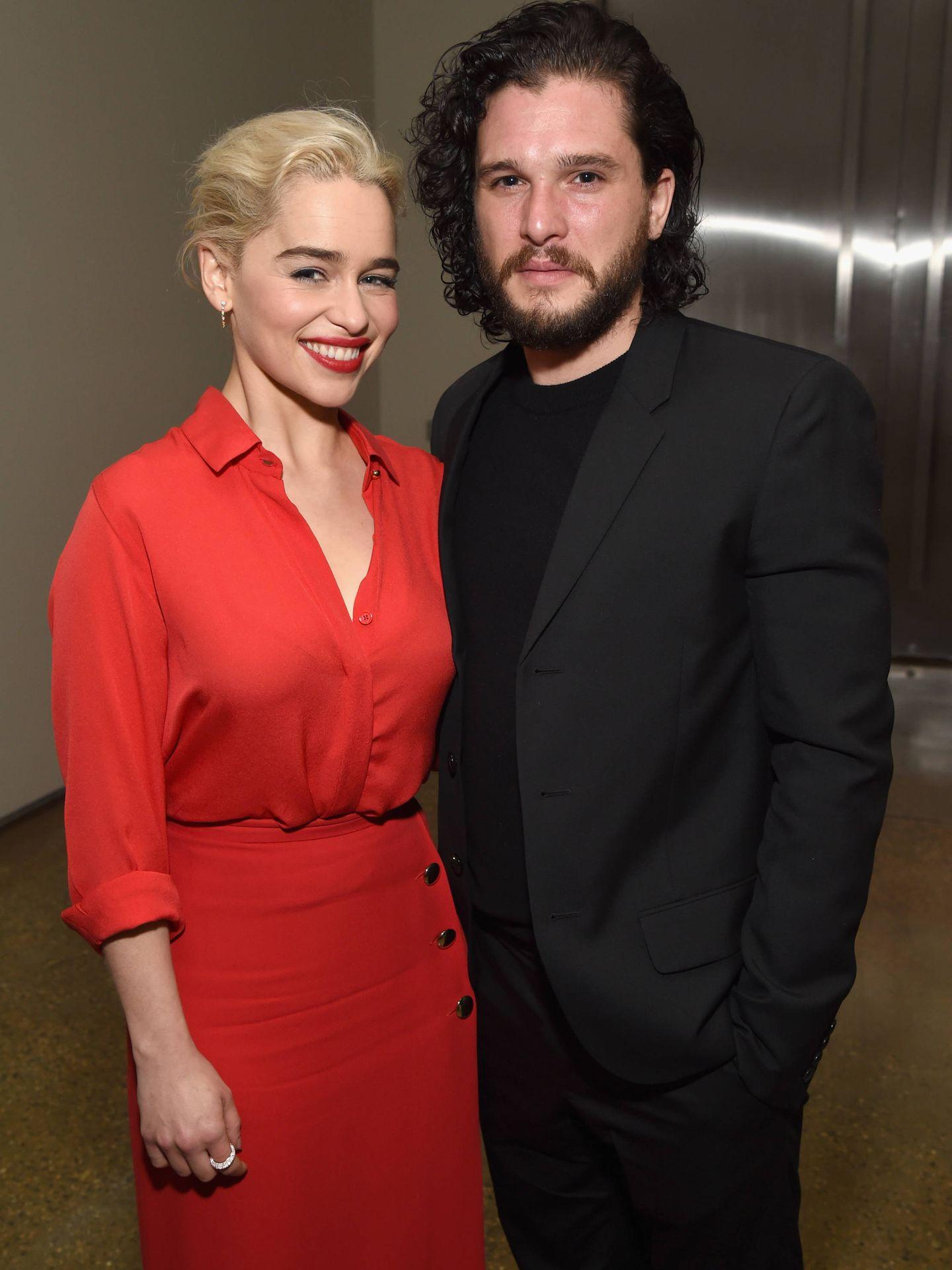 La actriz junto a su 'love interest' en la serie, Kit Harington (Jon Nieve). (Getty)