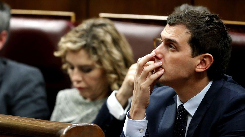 El 'papelón' de Rivera: se queda solo con Sánchez y mira ya a un PP sin Rajoy