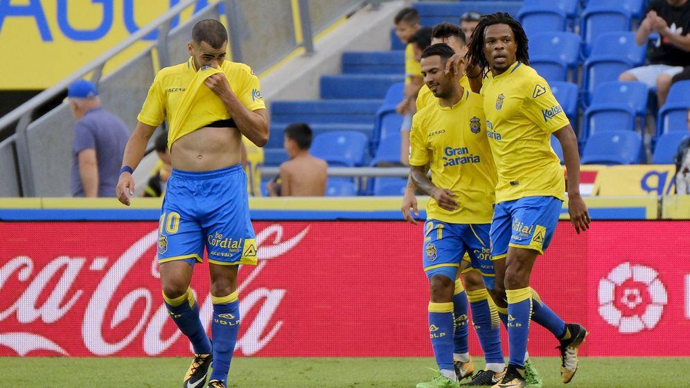 Foto: Tannane (i) y Rémy (d) en un partido de la UD Las Palmas de esta temporada. (EFE)