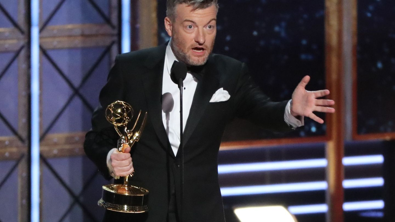 Charlie Brooker agradeciendo el Emmy al mejor guión de miniserie. (Reuters)