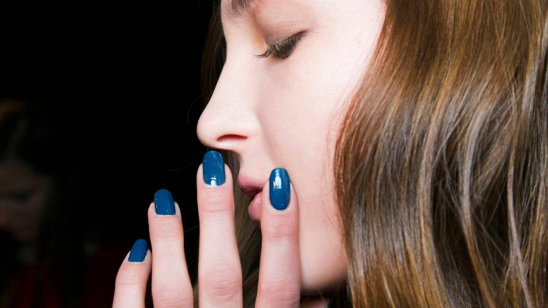 El azul, sea cual sea su tono, es el esmalte de uñas de la temporada, palabra de Instagram
