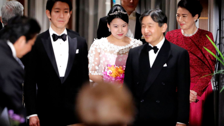 Ayako y Kei Moriya junto a Naruhito y Masako. (Reuters)