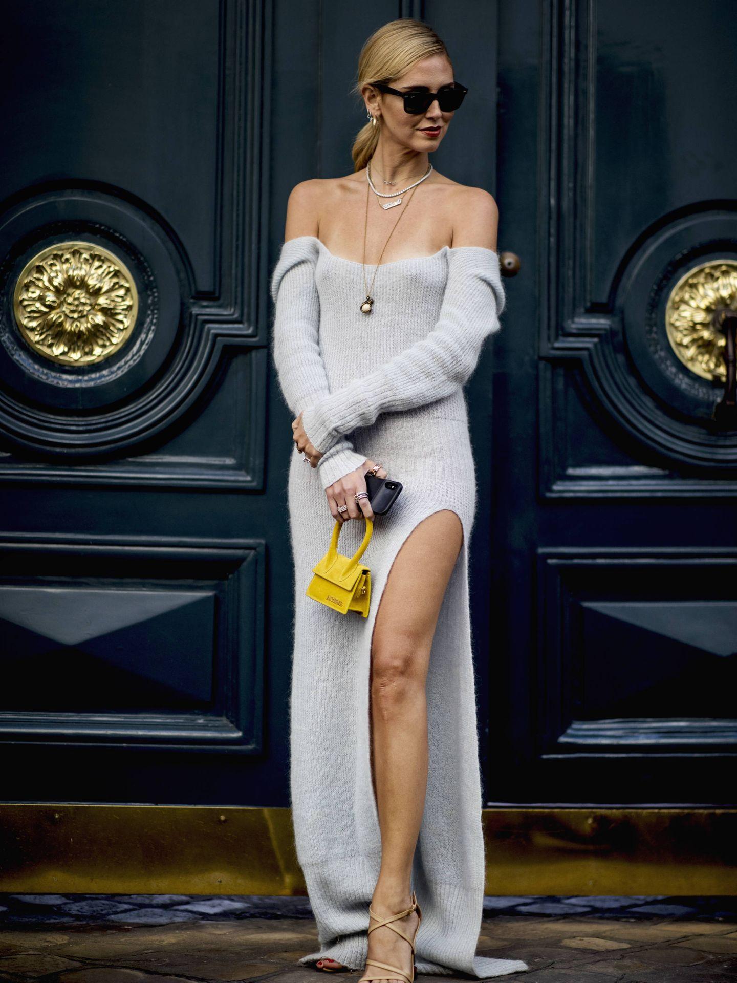 En París, Chiara Ferragni posa con un maxivestido de punto. (Imaxtree)