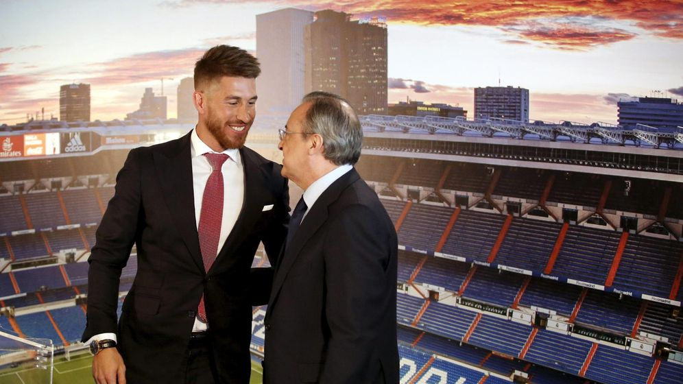 Foto: Sergio Ramos y Florentino Pérez, en el acto de renovación del contrato del capitán en verano de 2015 (Juan Medina/Reuters).