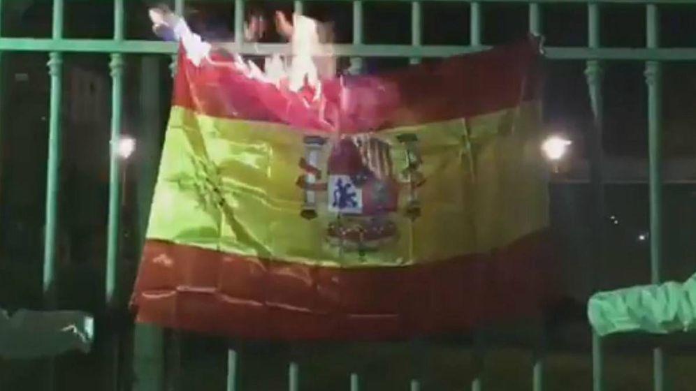 Foto: Vídeo de dos personas quemando una bandera de España. (Twitter)