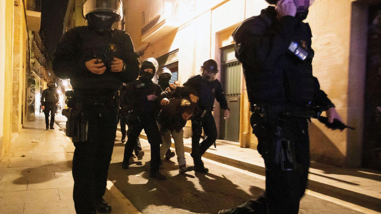 Los Mossos d'Esquadra detienen a uno de los participantes en una manifestación del colectivo okupa en Barcelona en 2018. (EFE)