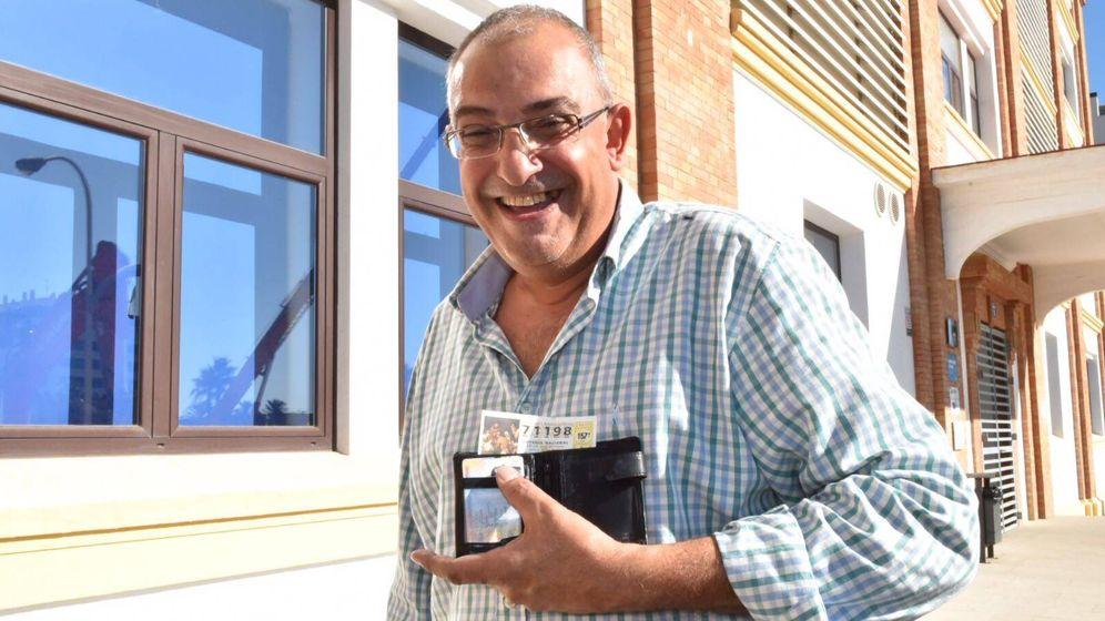 Foto: Manolo, empleado del Ayuntamiento de Málaga, ha repartido 80 décimos entre sus compañeros (Toñi Guerrero).