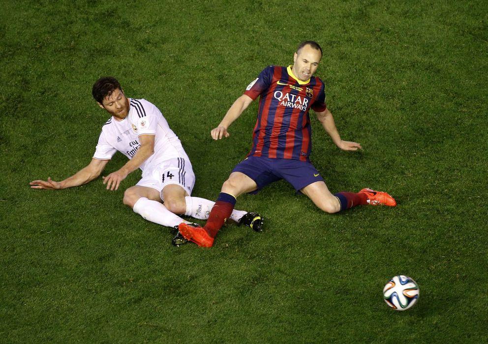 Foto: Iniesta y Xabi Alonso, en un lance del partido (Reuters)